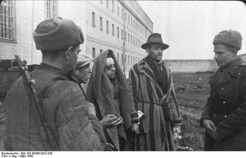 Surviving prisoners of Sonnenburg penitentiary speak with Red Army soldiers